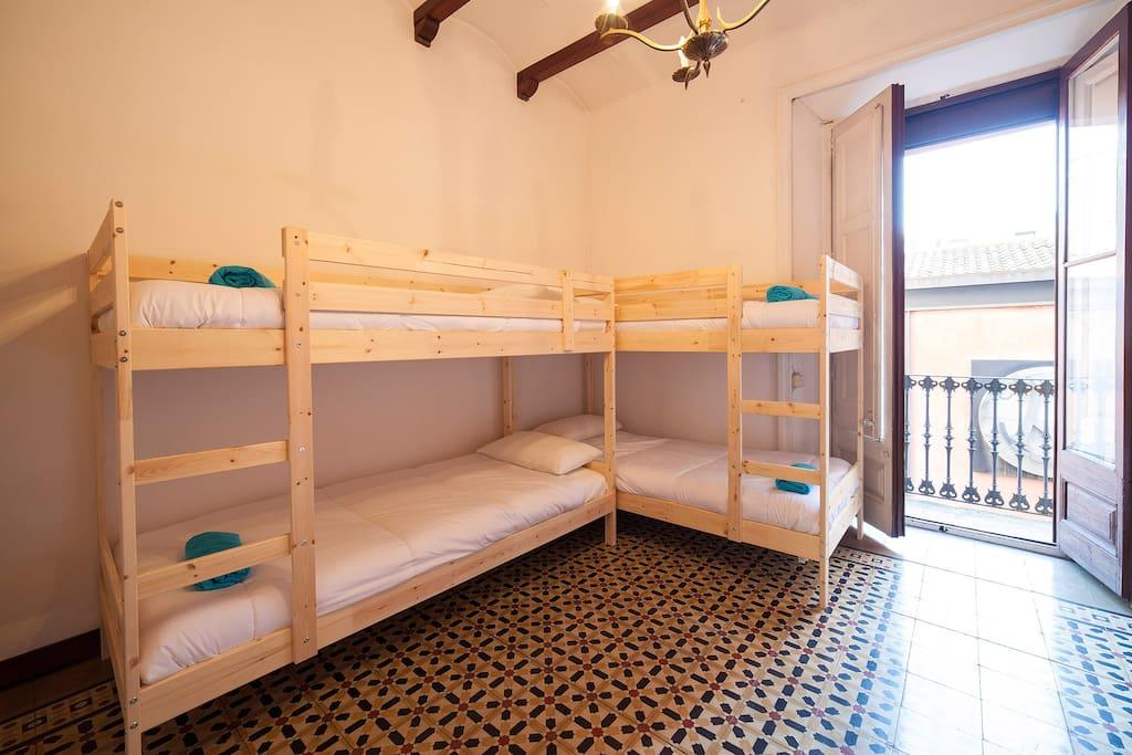 Una cama en habitaci n compartida solo chicas bed and - Alquiler de una habitacion en madrid ...