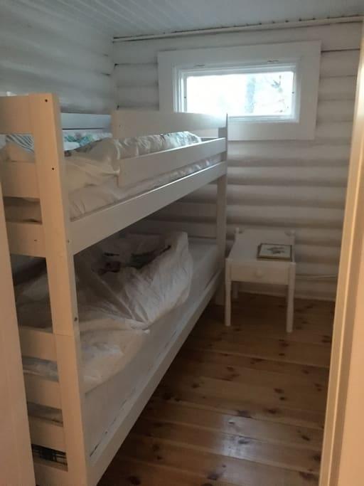 Våningssäng i sovrum 2 i stora huset