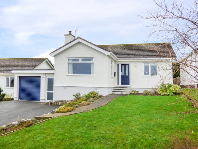 ORME VIEW, pet friendly, with open fire in Beaumaris, Ref 977232