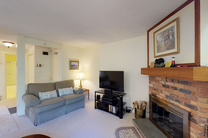 Comfortable condo w/ shared pool and clubhouse fitness room, forest views!