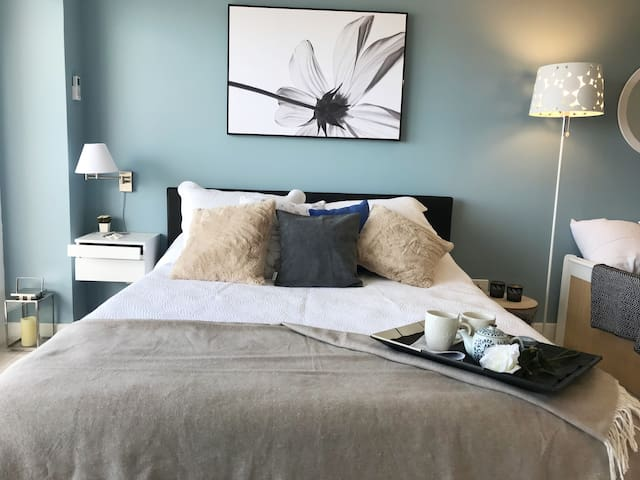 No duermas incómodo, tenemos una Cama Box Queen de 1,60 mts. de ancho con todos los accesorios: mesa de luz con cajón, lampara giratoria, lampara alta, enchufes a los costados, aire acondicionado, acolchado, pie de cama y almohadones adicionales.