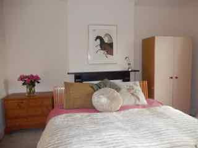 Large double bedroom with super kingsize bed