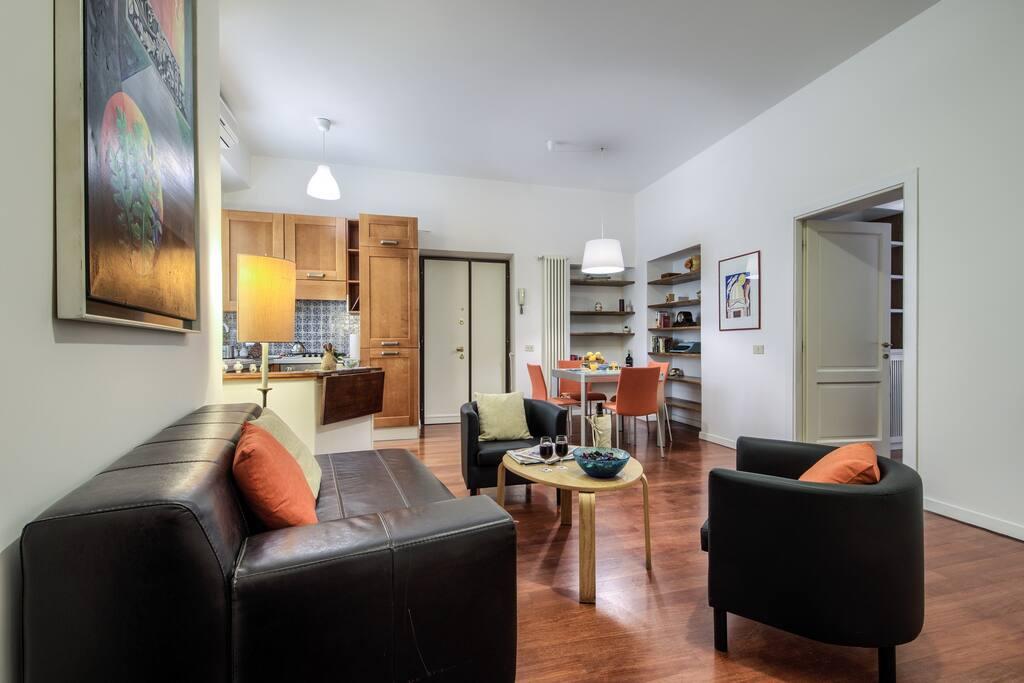 Soggiorno con angolo cottura e lavastoviglie/ living room with kitchenette and dishwasher