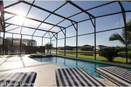 6 bedroom home with lake views on gated community - Kissimmee - Hús