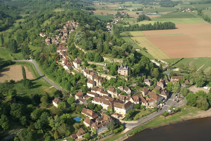 ROMANTIC HISTORIC HOME ON THE RAMPARTS OF LIMEUIL