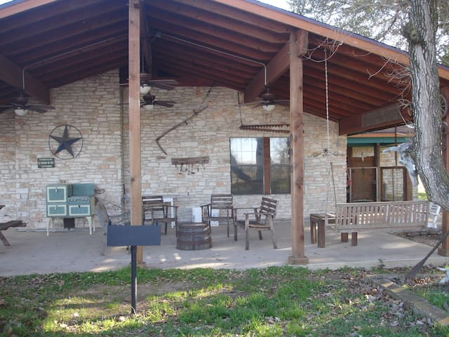 Texas working cattle ranch-sleeps 12 - La Grange - Casa