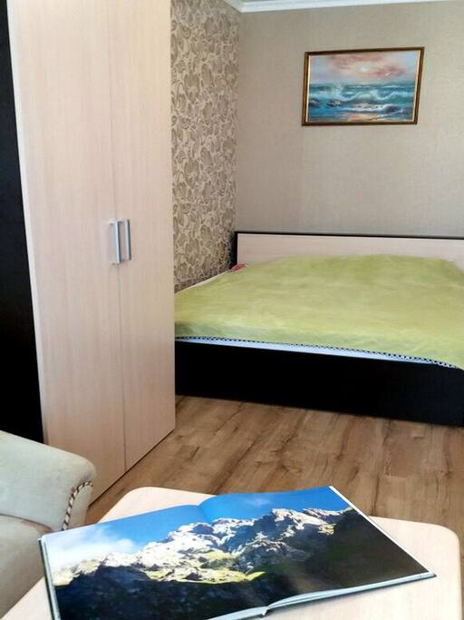 Зал.  2х спальная кровать, столик, шкаф, картины