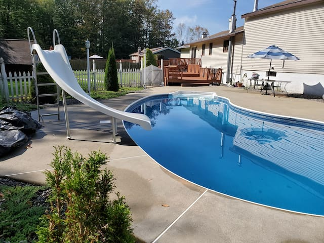 SPACIOUS OASIS FAMILY HOME- INGROUND POOL (Utica)