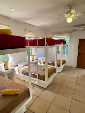 Dormitorio # 2 para 6 personas (6 camas individuales)