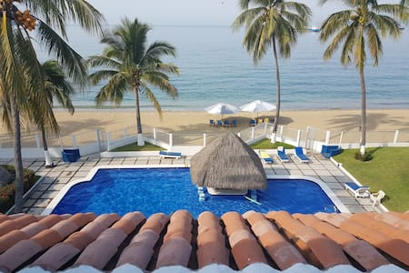 BEAUTIFUL BEACH SIDE CONDO IN LAS BRISAS BAY - Manzanillo - Wohnung