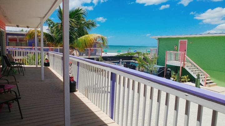 Spacious Studio with two Queen Beds and kitchenette in the heart of Fort Myers B