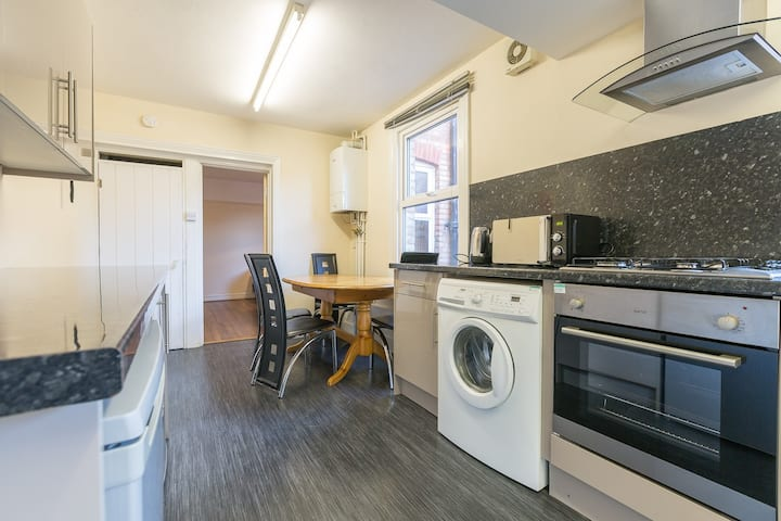 Spacious 3 bed house - Doubles can be singles