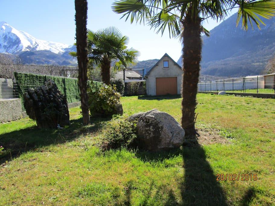 jardin garage vue montagne depuis la véranda
