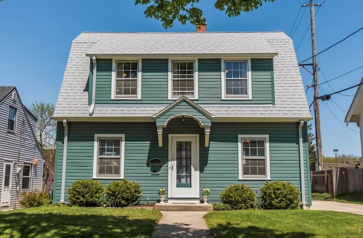 Charming Dutch Colonial room in Milwaukee