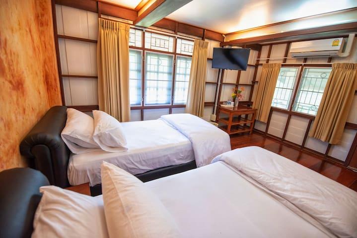 ห้องนอนเตียงคู่ ภายในห้องมีสิ่งอำนวยความสะดวกคือ แอร์ ทีวี ตู้เสื้อผ้า