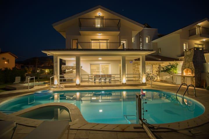 Crescent Villa - White