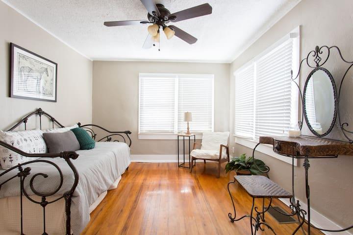 Hyde Park Charming Garage Apartment - Tampa - Apartment
