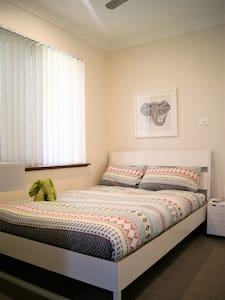 Cosy room, beach, bus stop, shopping centre close - Padbury - Haus