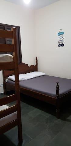 Quarto 2 - cama de casal e beliche c/travesseiros