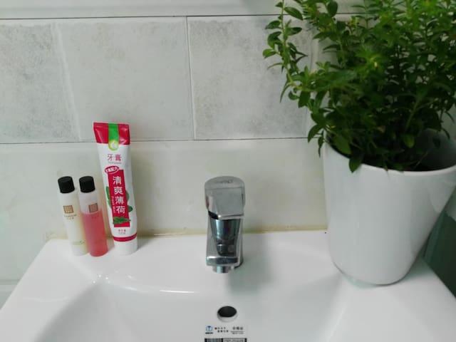 供应沐浴乳洗发膏牙膏牙刷