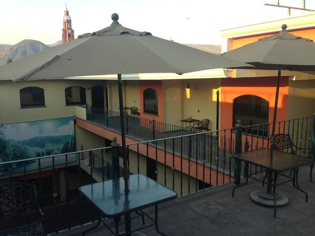 CONFORTABLE Y ACOGEDOR HOTEL TRES ESTRELLAS