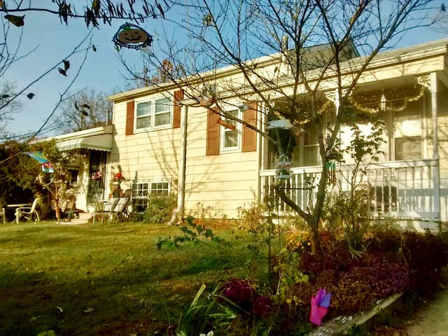 Cozy home 3/2 with family room @ basement. - Woodlawn - House