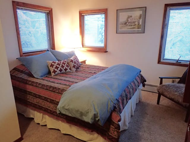 Downtown Shabby Private Room with 1 queen bed - Fairbanks - Σπίτι
