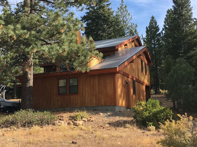 Twin Pines Tahoe Donner Cabin (3bd 2.5bth)hot tub!