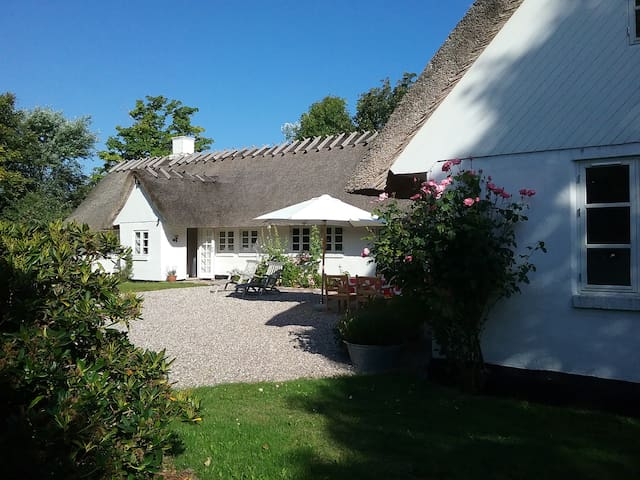 Strandgården, romantic cottage by the sea - Sjællands Odde