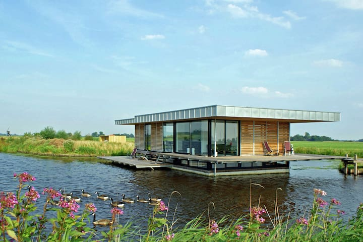 Stunning House Boat in Goëngahuizen with Sauna
