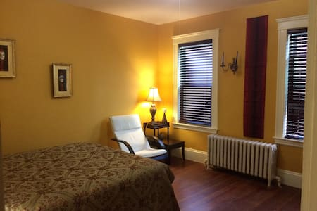 Spacious, clean, queen bed, close to Harvard, MIT - Belmont - Appartement