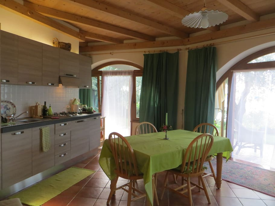 Cucina attrezzata con lavastoviglie. Fully equipped kitchen with dishwasher.
