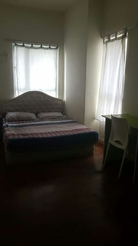 spacious room with very friendly housemates