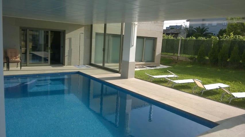 Diseño con piscina interior. - サンシェンショ - スイス式シャレー