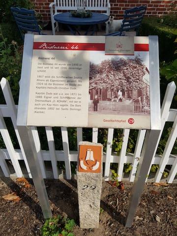 Infotafel zur Geschichte des Kapitänshaus direkt vor dem Haus