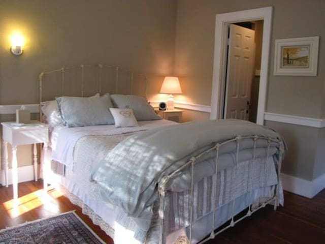 Beautiful bedroom in former inn - Moultonborough