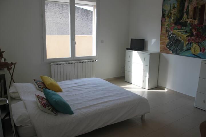 Chambre agréable et lumineuse proche d'Avignon