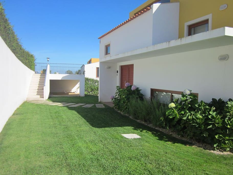 Detached villa with pool in spacious and private garden