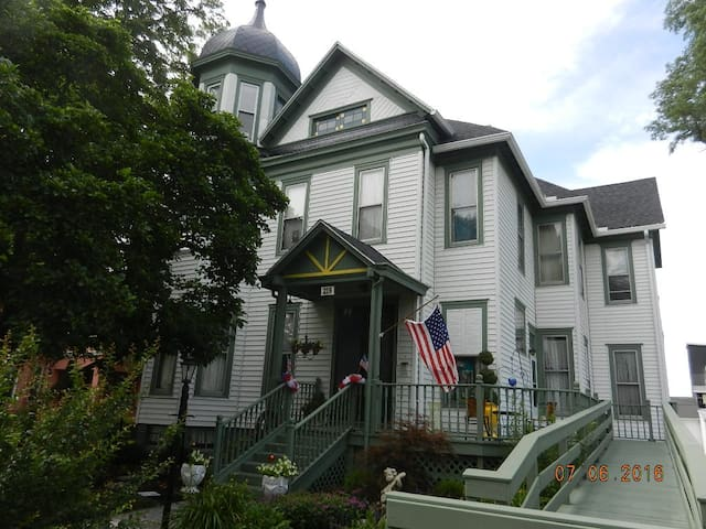 Red Oak Inn Bed and Breakfast - Paris