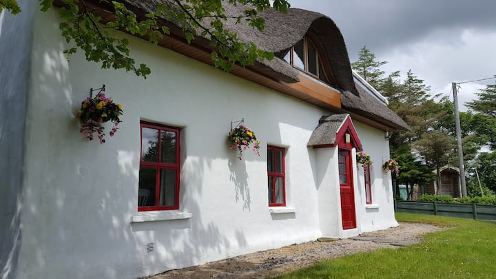 Teac Chondai Thatched Cottage on Wild Atlantic Way