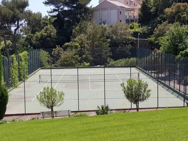 Tennis à disposition avec réservation préalable chez le gardien
