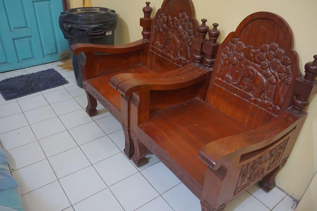 เก้าอี้ไม้ให้นั่งเล่นในห้องนั่งเล่นนะ