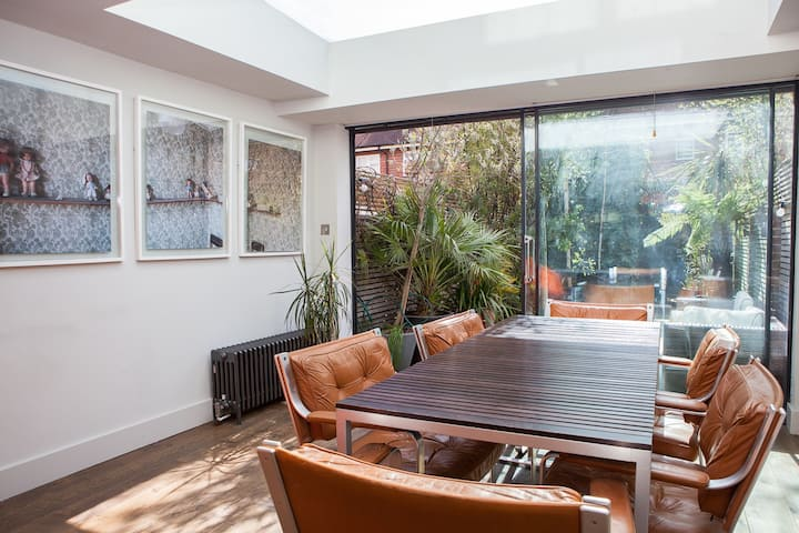 Stunning, bright 3 storey home in central London