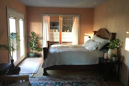 "Cozy Hilltop Sanctuary ""Garden Room"" w/Sauna"