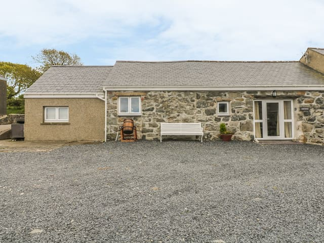 COETSIWS, pet friendly, with a garden in Clynnog Fawr, Ref 977674
