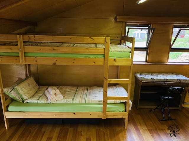 2段ベッドが2台はいるお部屋には。大きなソファー1台。テレビ1台。ワーキングデスク1台。ローテーブル1台ございます。
