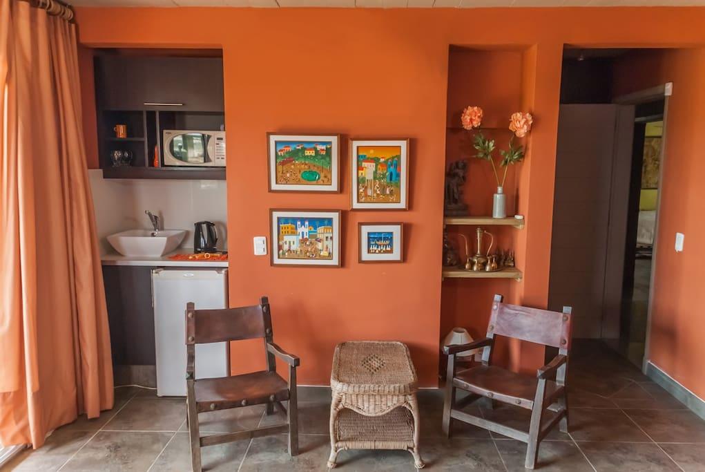 Lugar de estar y kitchenett (minibar y microondas)
