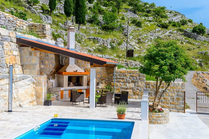 Stone House Kuna - Villa w/Terrace & Swimming Pool