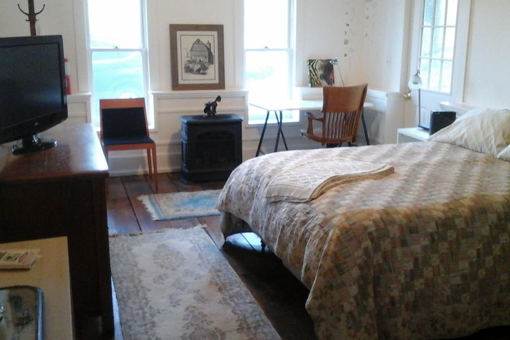 Queen bed, cast iron gas stove. Cable TV and wifi.