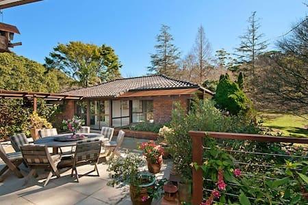 Craigdarroch courtyard cottage, the Blue Room. - Tamborine Mountain
